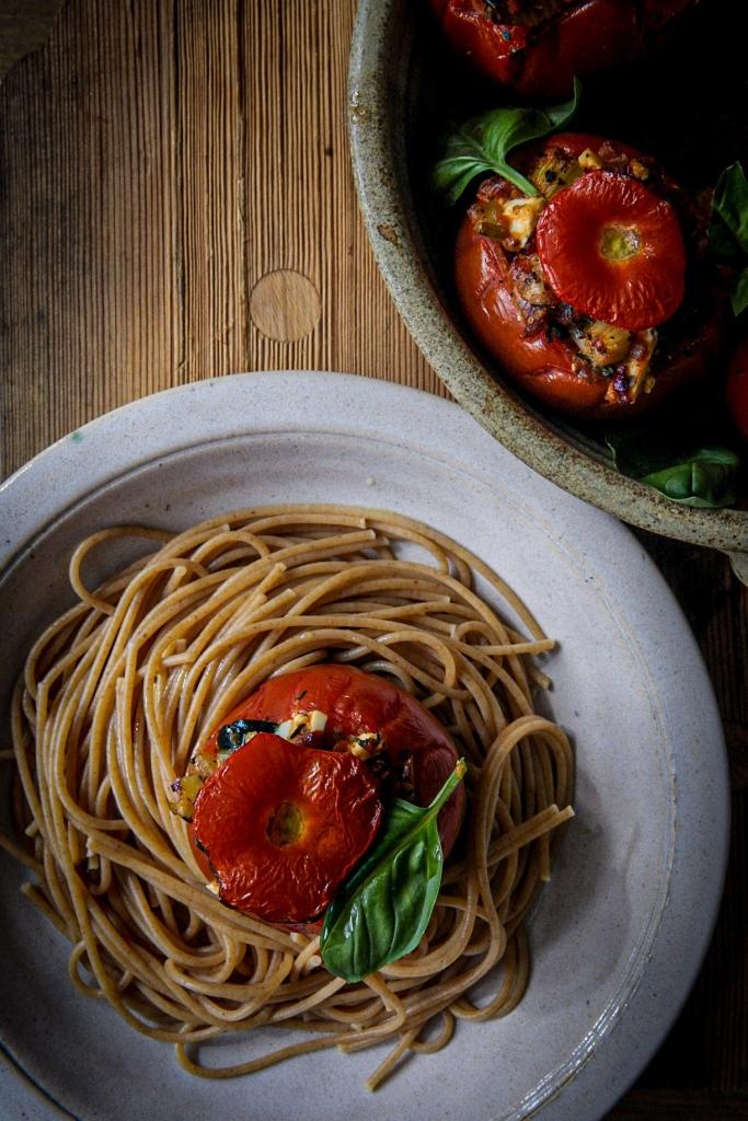 Uunitomaatti spagetin kanssa