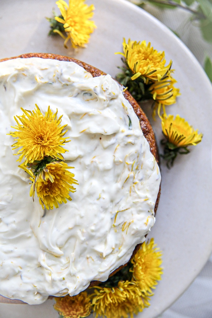 Voikukkakakku, vegaaninen, gluteeniton ja vähähiilihydraattinen kakku